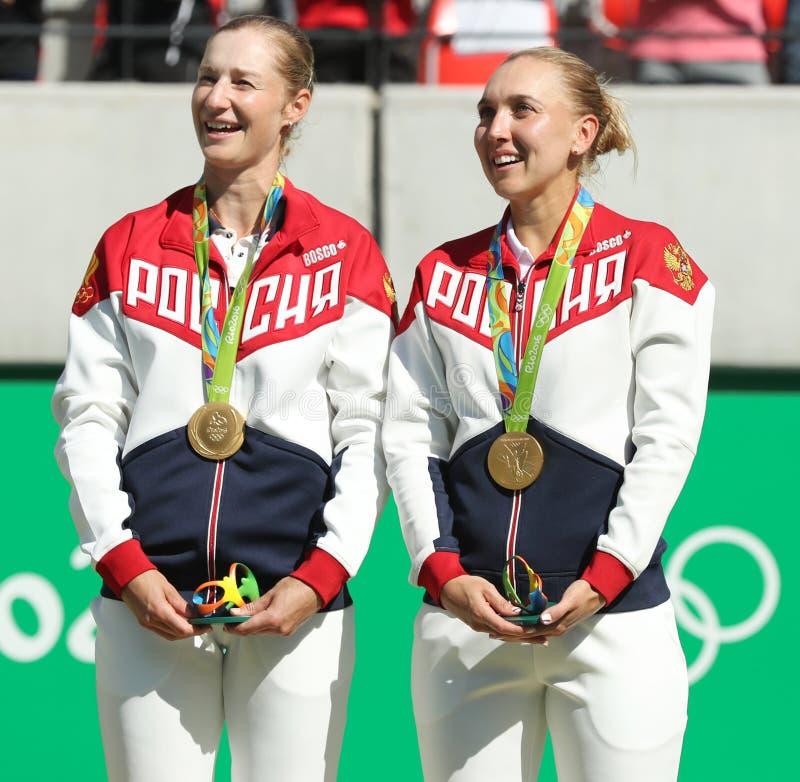 Los campeones olímpicos combinan Rusia Ekaterina Makarova (l) y a Elena Vesnina durante ceremonia de la medalla después de los do imagen de archivo libre de regalías