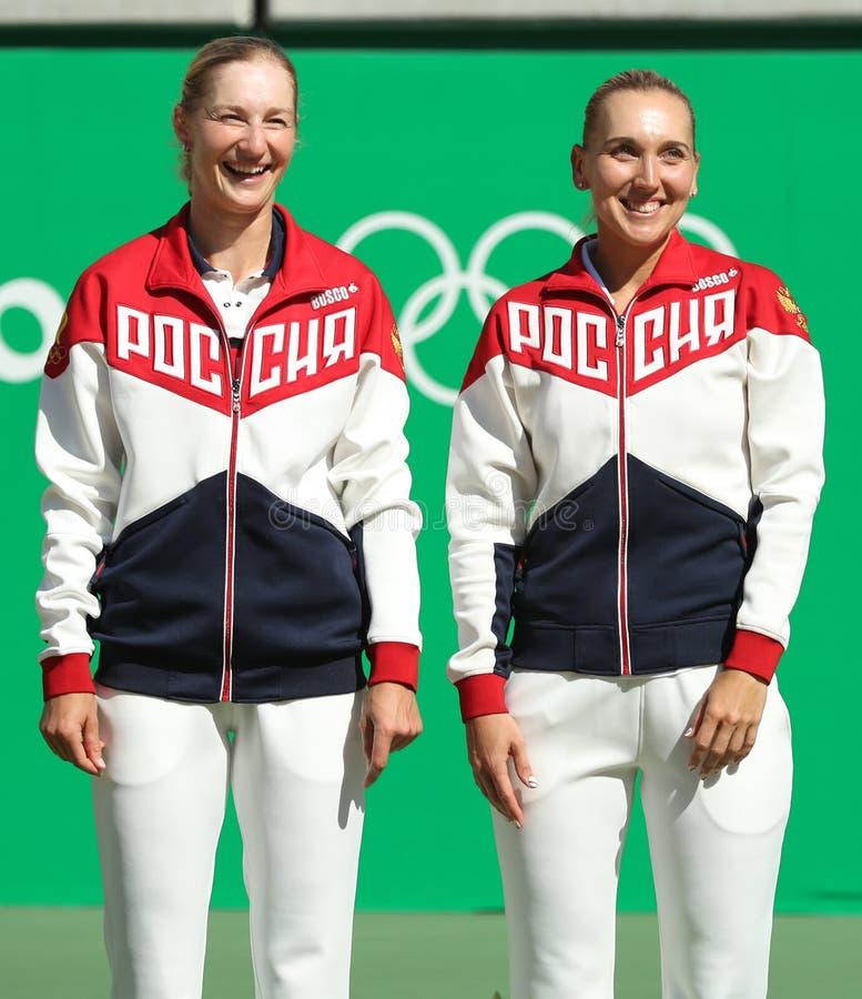 Los campeones olímpicos combinan Rusia Ekaterina Makarova (l) y a Elena Vesnina durante ceremonia de la medalla después de los do imagenes de archivo