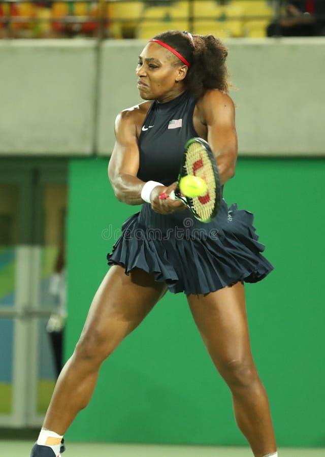 Los campeones olímpicos Serena Williams de Estados Unidos en la acción durante ella escogen alrededor del partido dos de la Río 2 foto de archivo libre de regalías