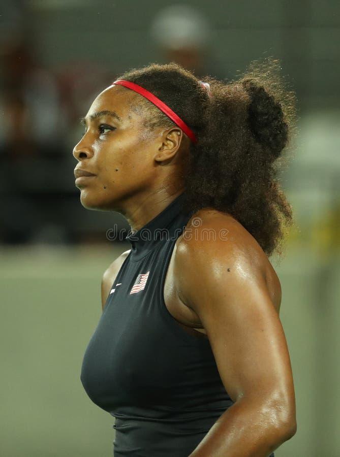 Los campeones olímpicos Serena Williams de Estados Unidos en la acción durante ella escogen alrededor del partido dos de la Río 2 fotos de archivo