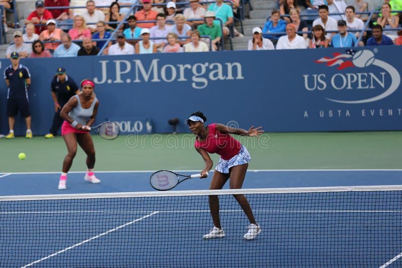 Los campeones Serena Williams y Venus Williams del Grand Slam durante dobles hacen juego en el US Open 2014 fotos de archivo