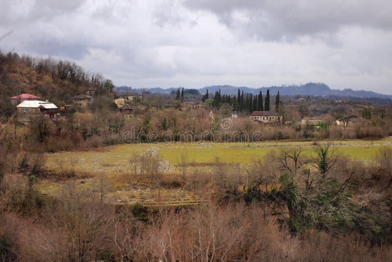 Los campos cerca de la ciudad de Martvili en Samegrelo (Georgia) foto de archivo