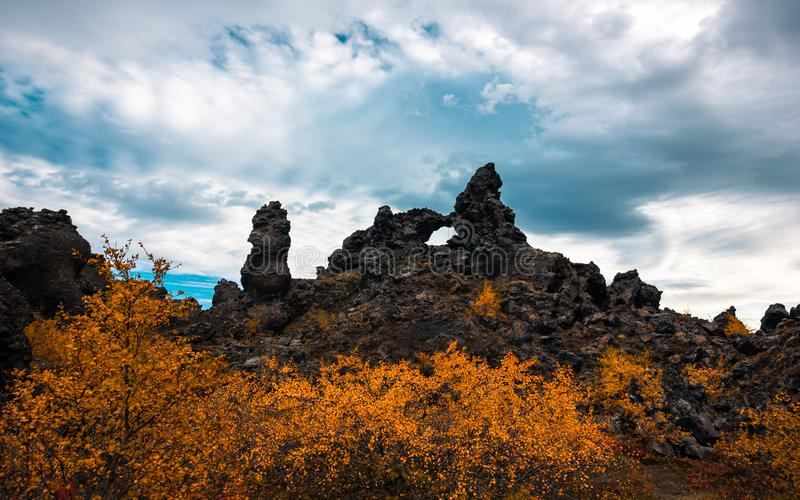 Los campos de lava de Dimmuborgir acercan al lago Myvatn en el norte de Islandia imágenes de archivo libres de regalías