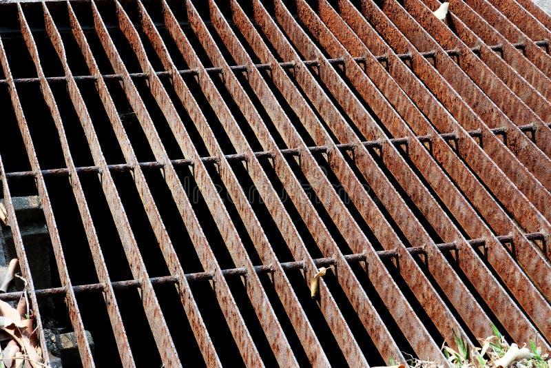 Los canales drenan la rejilla, cubierta del dren Drenes del camino - cubierta de la alcantarilla Rejilla del hierro del dren del  imagenes de archivo