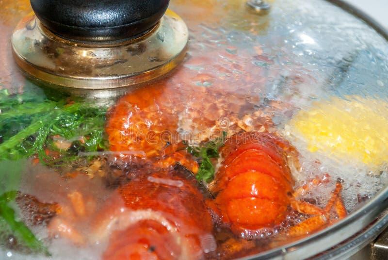 Los cangrejos rojos frescos se cocinan en un pote de agua hirvienda fotos de archivo