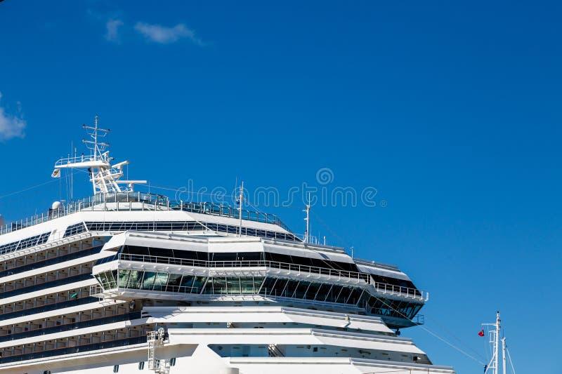 Los capitanes tienden un puente sobre en el barco de cruceros de lujo imagenes de archivo