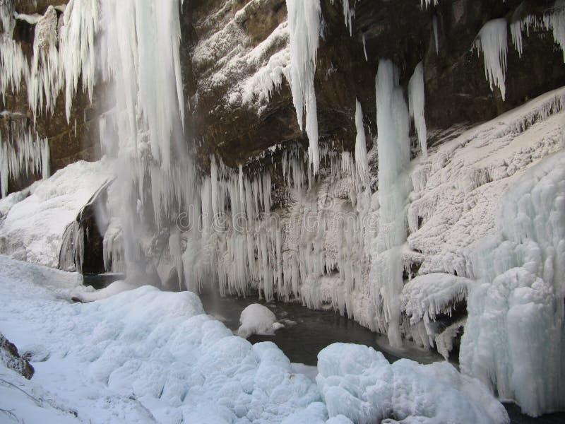 Los car?mbanos enormes en las rocas de piedra cuelgan sobre el precipicio en el medio de invierno foto de archivo libre de regalías