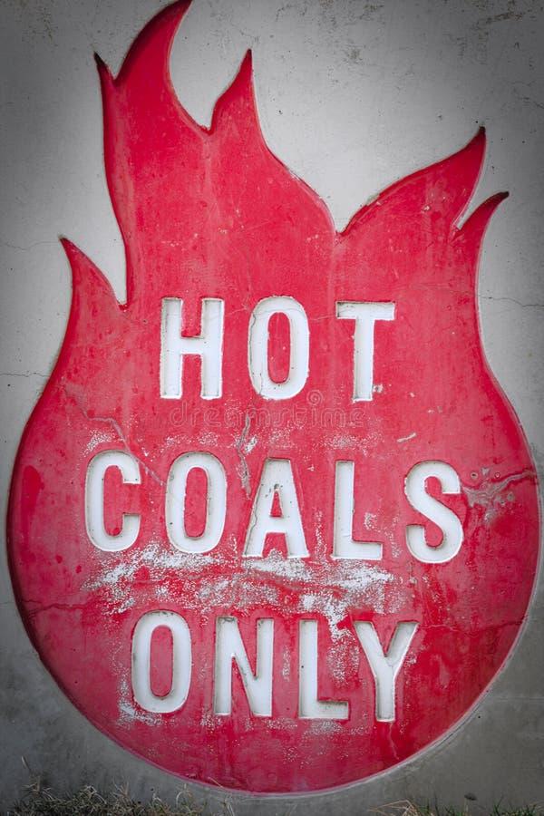 Los carbones calientes firman solamente en el lado del Bbq foto de archivo