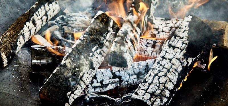Los carbones calientes y carbonizado abren una sesión un fuego del Bbq fotografía de archivo