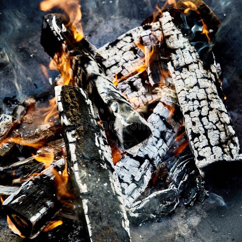 Los carbones calientes y carbonizado abren una sesión un fuego del Bbq fotos de archivo libres de regalías