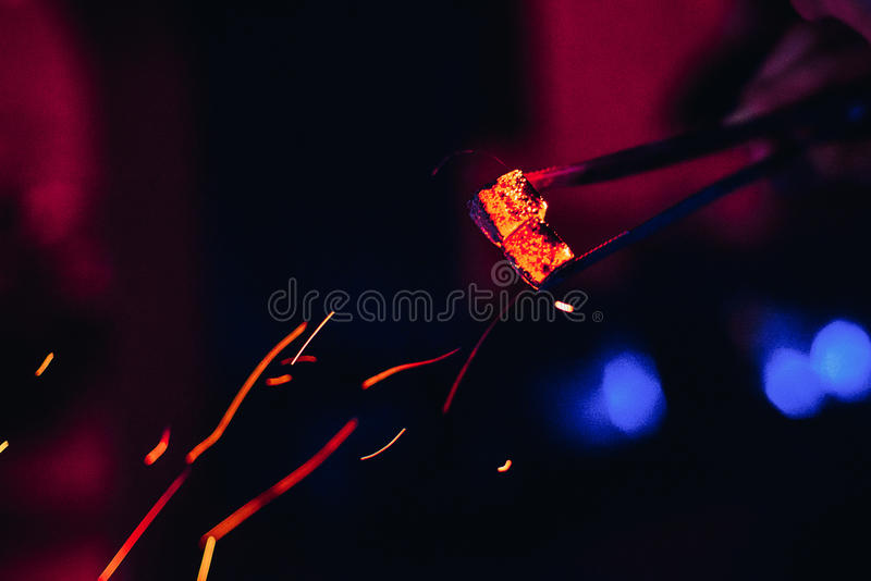 Los carbones calientes y el rojo chispea para Shisha foto de archivo libre de regalías