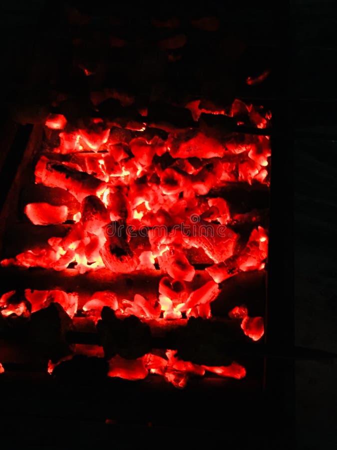 Los carbones de leña están listos para la barbacoa fotografía de archivo libre de regalías