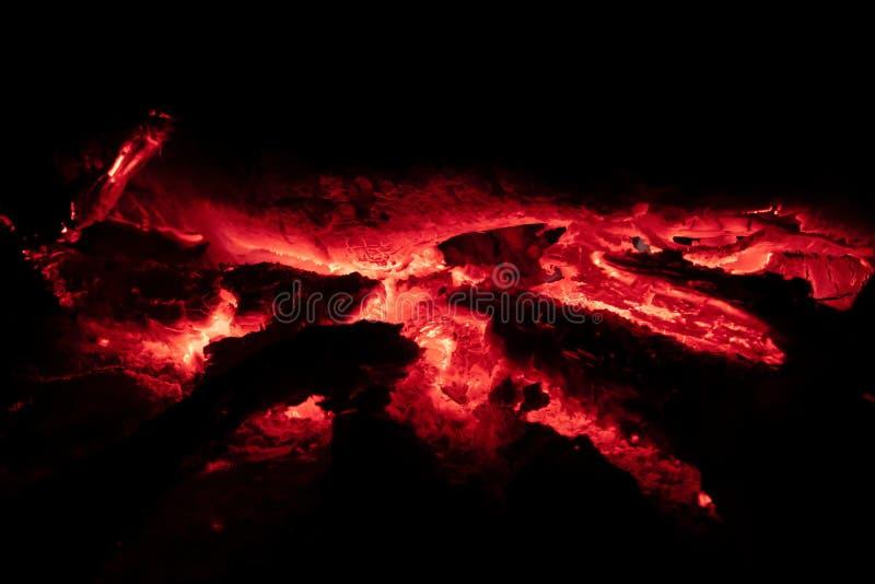 Los carbones encienden en la noche imagen de archivo