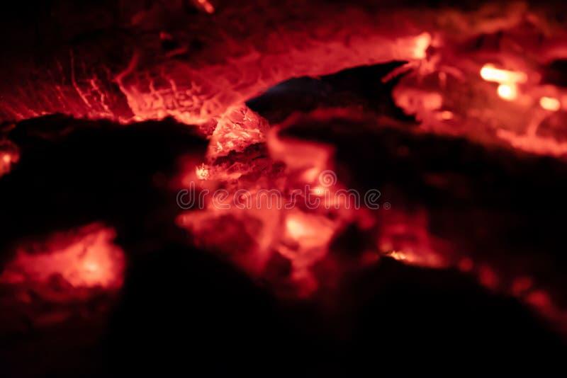 Los carbones encienden en la noche imagenes de archivo