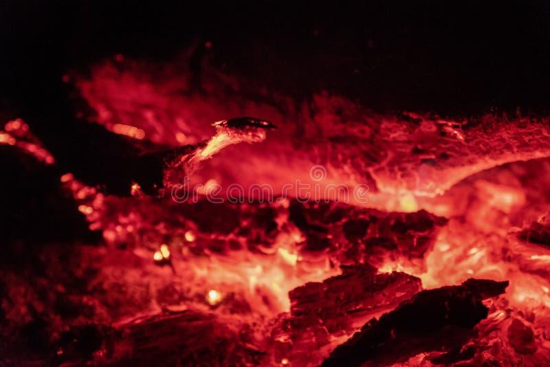 Los carbones encienden en la noche foto de archivo