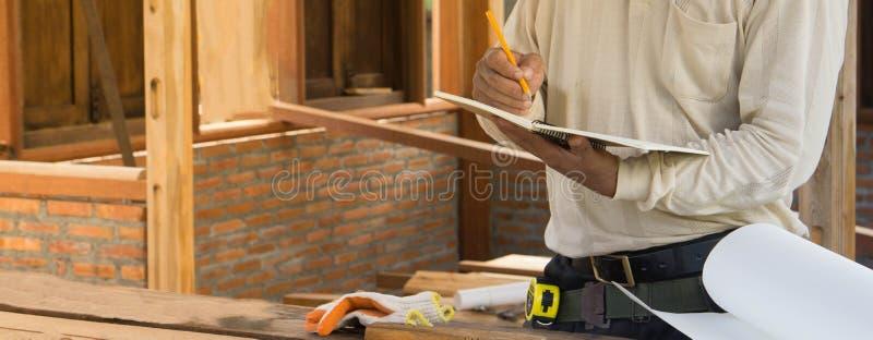 Los carpinteros están planeando construir un hogar fotografía de archivo libre de regalías