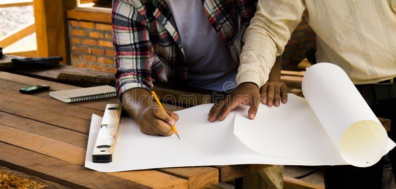 Los carpinteros están planeando construir un hogar imagen de archivo libre de regalías