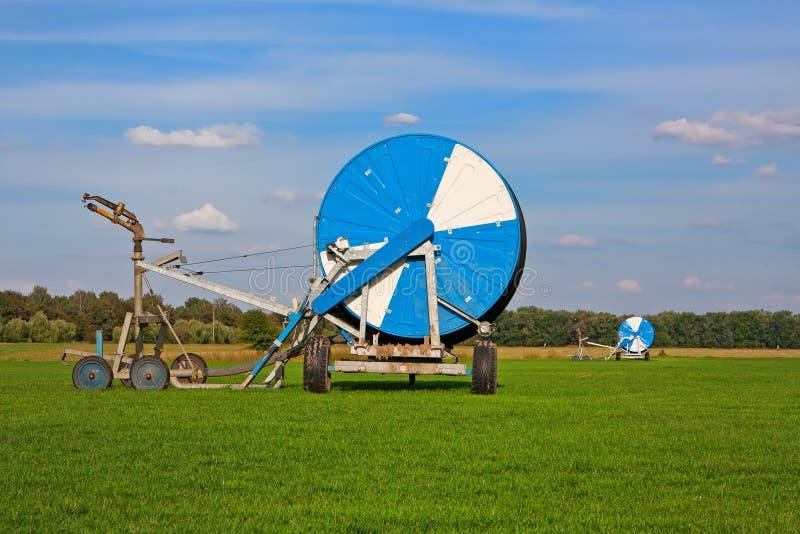 Los carretes grandes de la irrigación transmiten en campo fotografía de archivo libre de regalías