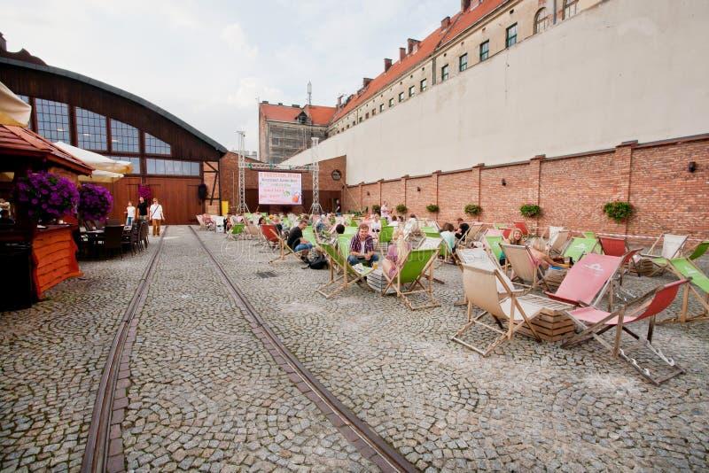 Los carriles de la tranvía en territorio del depósito viejo ahora se convirtieron en café al aire libre moderno y popular fotografía de archivo