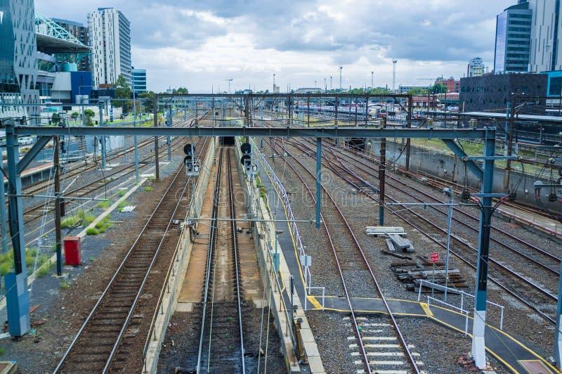 Los carriles intercambian la entrada en del ferrocarril de la cruz del sur melbo imagenes de archivo
