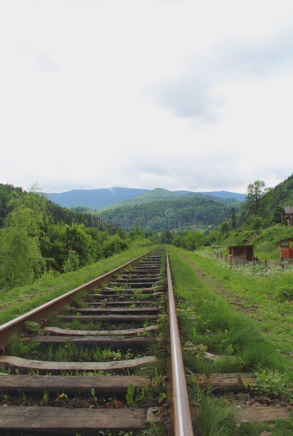Los carriles viejos que van lejos a las montañas ajardinan foto de archivo