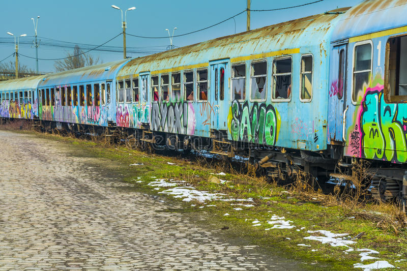 Los carros abandonados del tren destrozaron cerca del puente magnífico foto de archivo libre de regalías