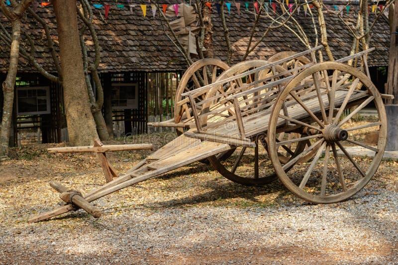 Los carros se hacen de la madera, que se utiliza para transportar a la gente imagenes de archivo