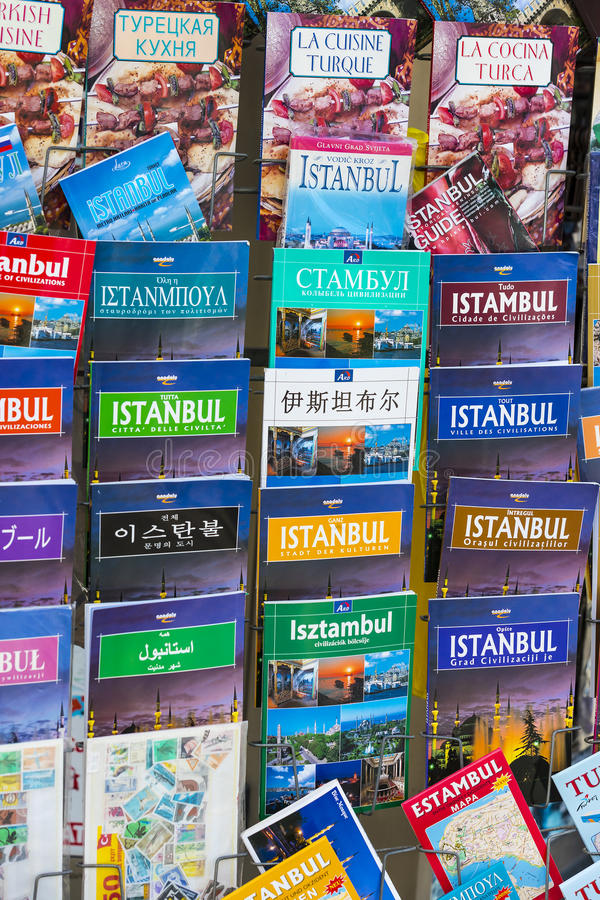 Los carteles y los álbumes de foto turísticos de los atlas para los turistas de la ciudad de la venta de los visitantes de Estamb fotos de archivo libres de regalías