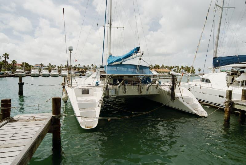 Los catamaranes amarraron en el puerto de Oranjestad, isla de Aruba imágenes de archivo libres de regalías