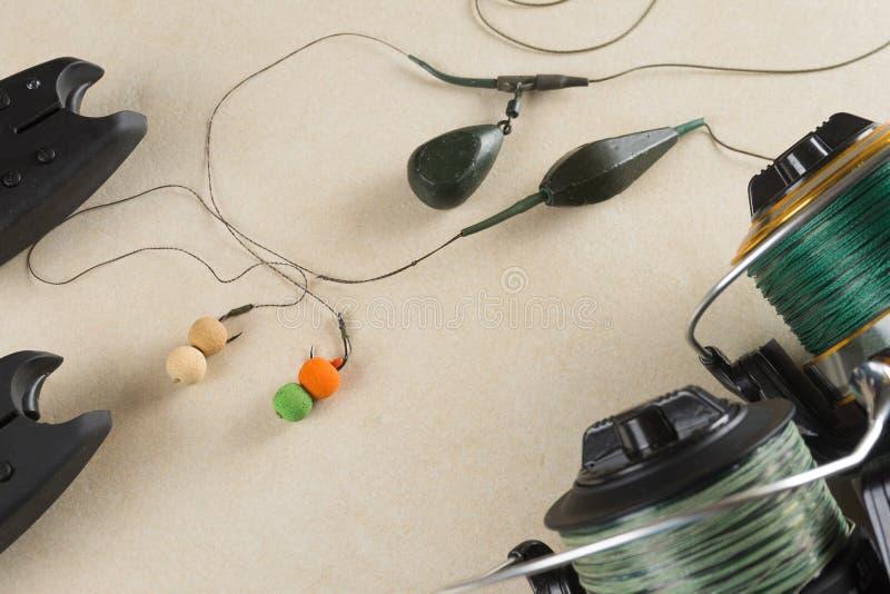 Los cebos, ganchos, plomos, carretes, se están preparando para la pesca de la carpa Copie la goma imágenes de archivo libres de regalías