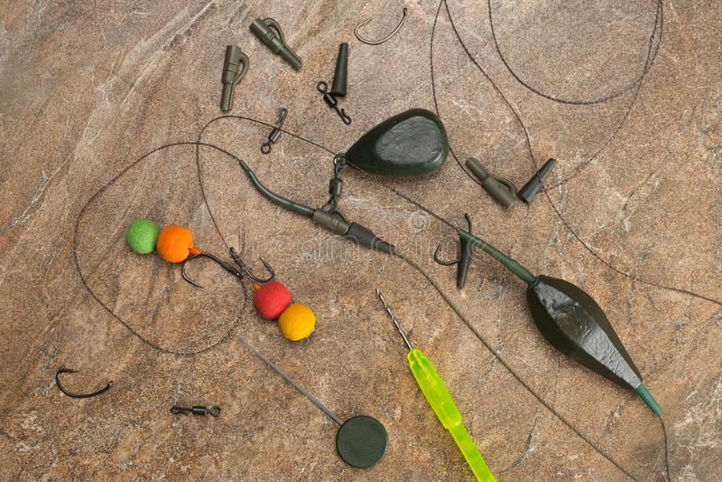 Los cebos, ganchos, plomos, ledcor se están preparando para la pesca de la carpa Copie la goma fotografía de archivo libre de regalías
