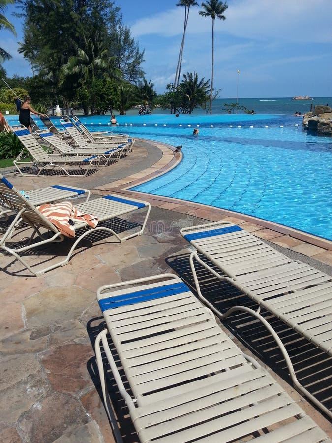 Los centros turísticos del nirvana de la piscina del lado de mar @ imagen de archivo libre de regalías