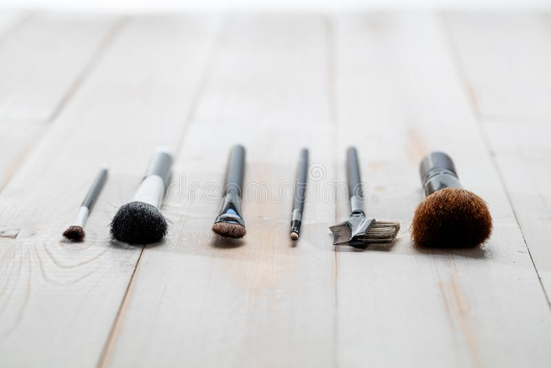 Los cepillos profesionales de la cara y del maquillaje para la escuela del artista y de la belleza wallpaper imagenes de archivo