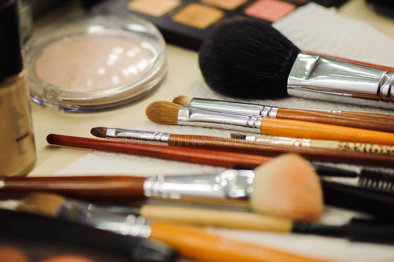 Los cepillos y las herramientas profesionales del maquillaje perfeccionan la escuela del maquillaje fotografía de archivo