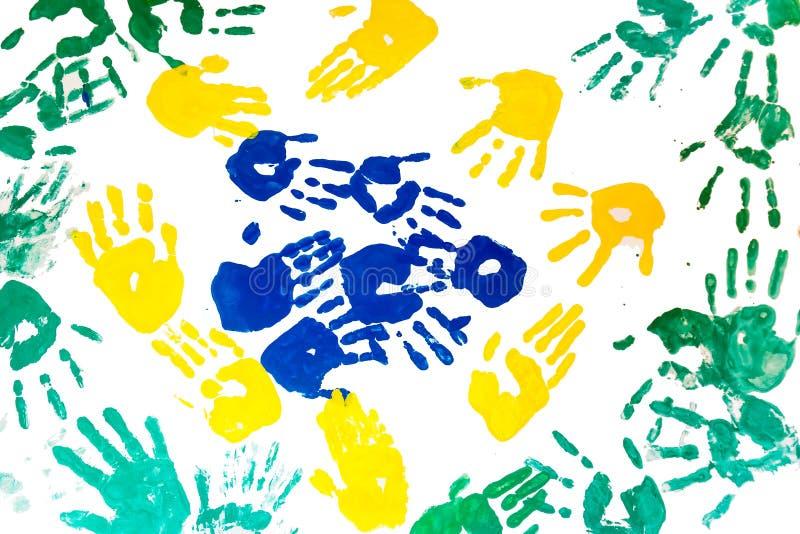 Los childs coloridos dan las impresiones aisladas en el fondo blanco fotos de archivo
