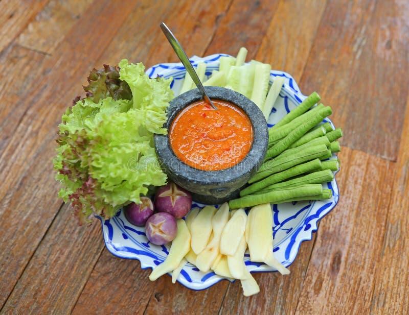 Los chiles tailandeses pegan con las porciones de verdura imágenes de archivo libres de regalías