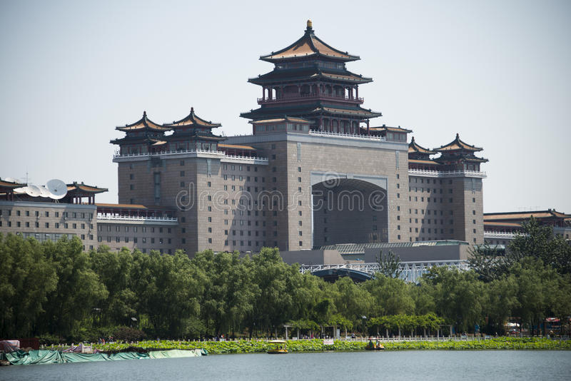 Los chinos asiáticos, ferrocarril de Pekín y charca de loto parquean imagenes de archivo