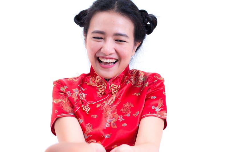Los chinos que llevan de la mujer asiática joven hermosa visten el cheongsam o el qipao tradicional Sobre rojo recibido para el r foto de archivo