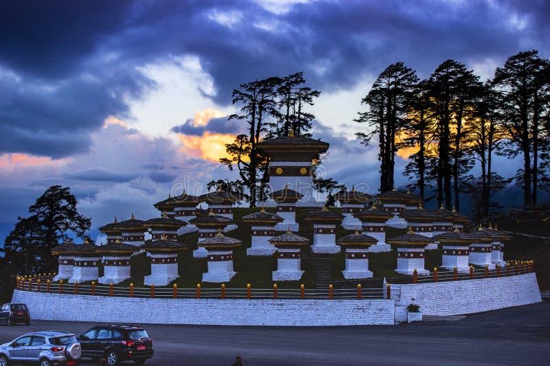Los 108 Chortens de La de Dochu en la oscuridad, paso del La de Dochu, Bhután imágenes de archivo libres de regalías
