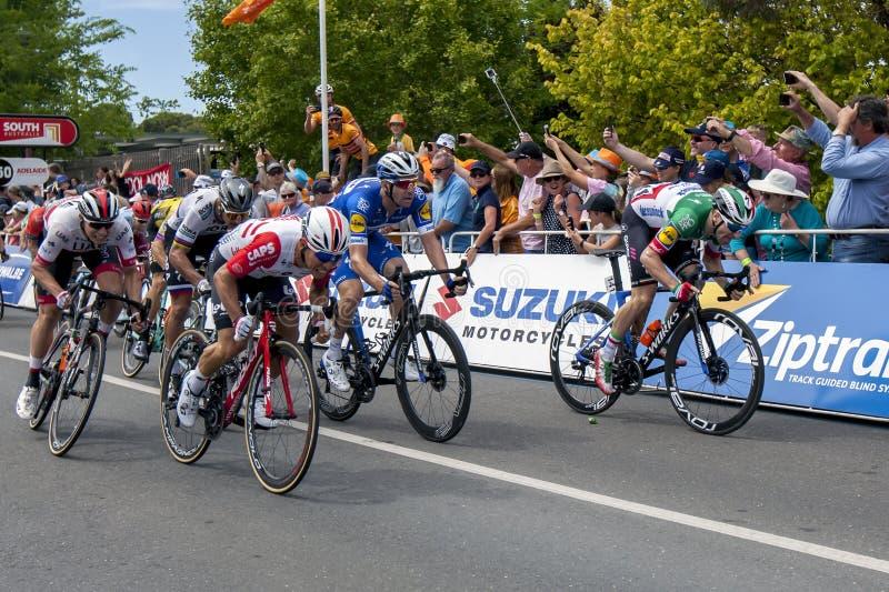 Los ciclistas compiten en el viaje abajo debajo fotografía de archivo