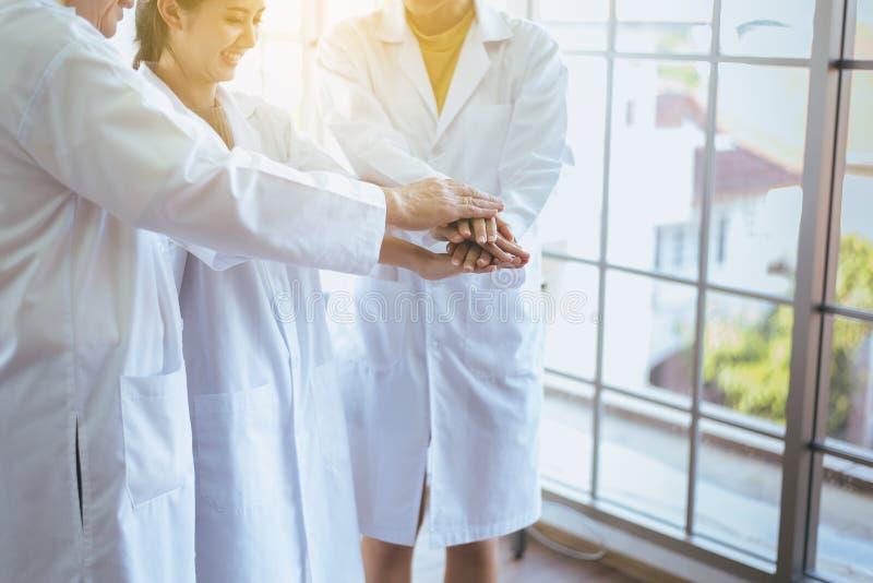 Los científicos coordinan las manos, grupo de trabajo en equipo de la gente de la diversidad en laboratorio, el trabajo acertado  foto de archivo libre de regalías