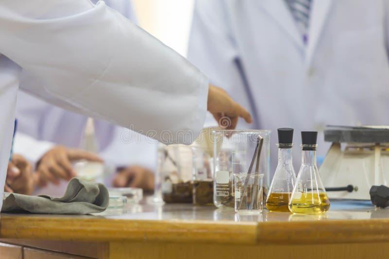 Los científicos jovenes están haciendo experimentos en laboratorios de ciencia fotografía de archivo libre de regalías