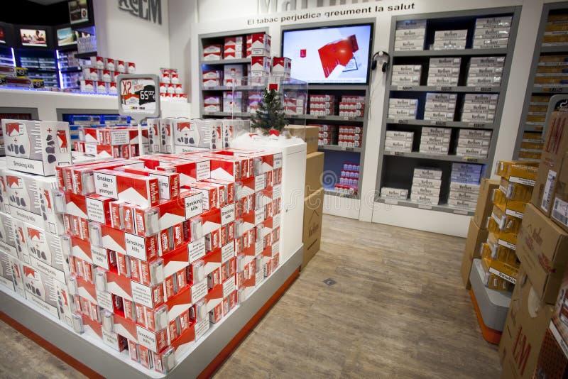 Los cigarrillos almacenan, tienda de los estantes fotografía de archivo libre de regalías