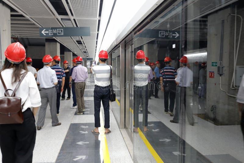 Los ciudadanos visitan la línea próxima 1 del metro de Xiamen fotos de archivo
