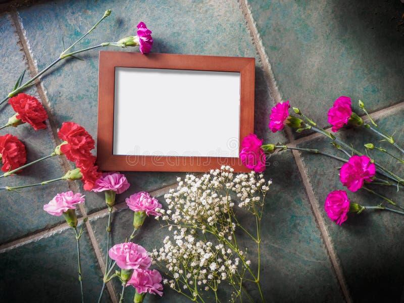 Download Los Claveles Coloridos Con El Espacio Del Marco Y De La Copia En El Granito Emergen Imagen de archivo - Imagen de saludo, floral: 100529119