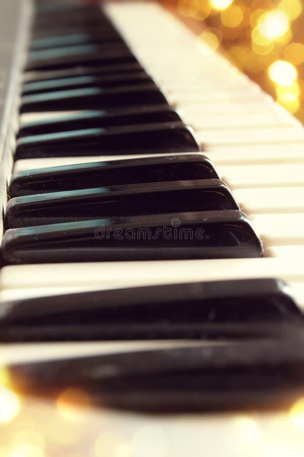 Los claves del piano se cierran para arriba imagen de archivo