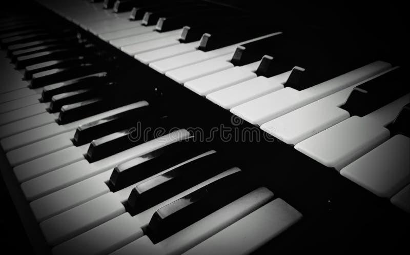 Los claves del piano se cierran para arriba foto de archivo