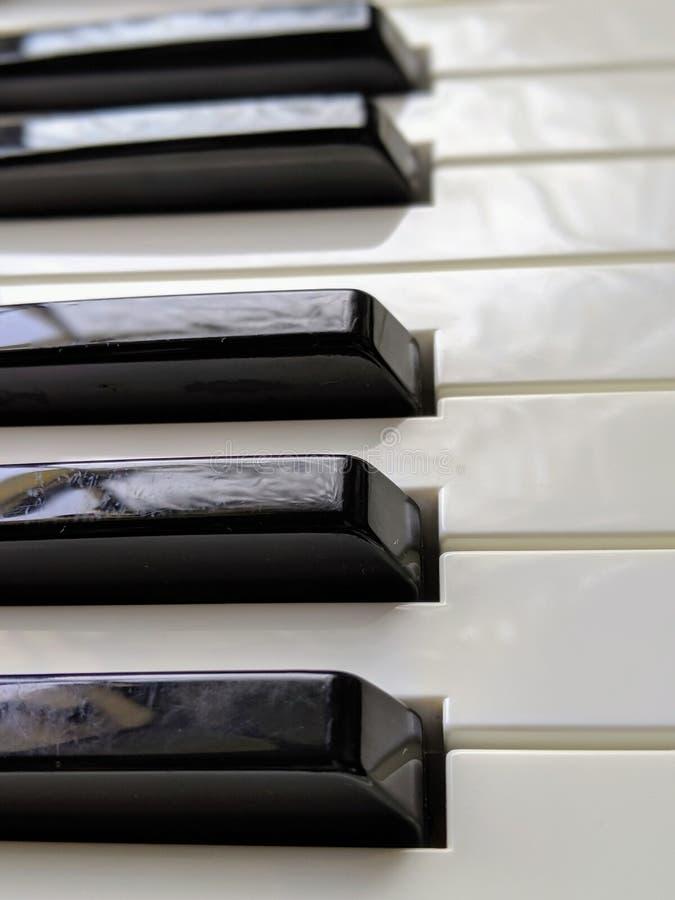Los claves del piano se cierran para arriba imagenes de archivo