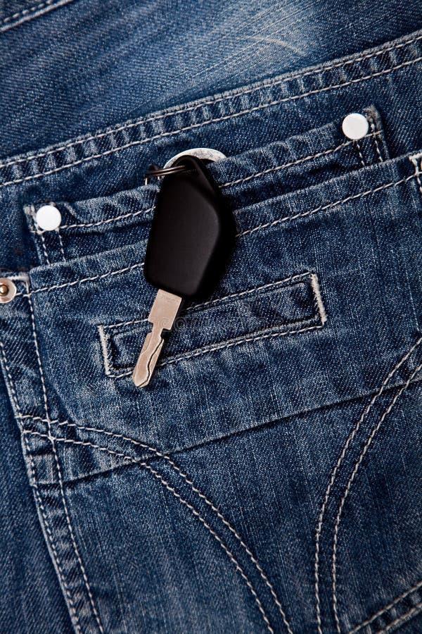 Los claves en el bolsillo de vaqueros fotografía de archivo