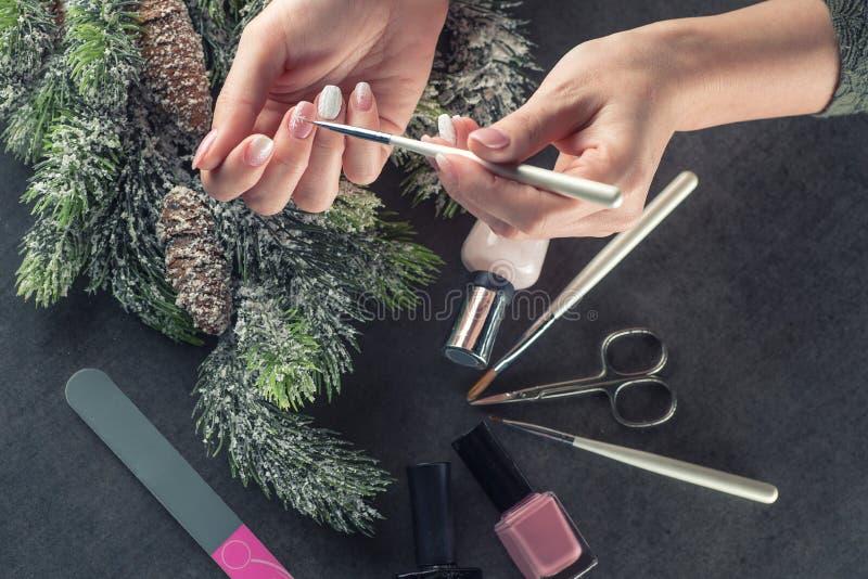 Los clavos del tema del invierno diseñan y manicure, los instrumentos para la manicura con las agujas imágenes de archivo libres de regalías